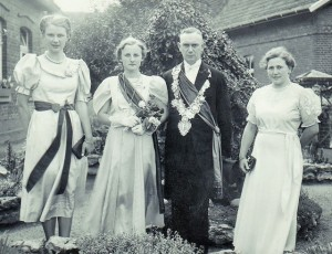 1939 v.l. Marga Decker, Käthe Baumeister Königin, Karl Roßmöller König, Paula Roßmöller