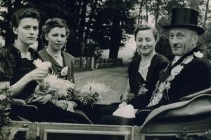 1952 Königspaar Anton Berger und Thea Sundorf mit Ehrendamen M Kleideiter und Große Boymann