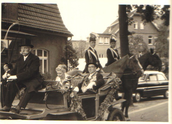 1959 Königspaar vl. Kutscher Johannes Albers, Hilde Uppenkamp, Josef Roßmöller zu Pferde v.l Hermann Terhörst, Clemens Kleideiter