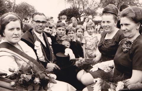 1966 Königspaar Frz.Marpert-Hanna Kramer, Ehrendamen Guste Winkelhaus und Änne Marpert ,