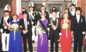 1984 Zapfenstreich vor dem Rathaus, vl. (blaues Kleid) Elisabeth Feldkamp, Norbert Feldkamp, Elisabeth Droppelmann, Burkhard Steens, Gerti Steens, Bernd Droppelmann