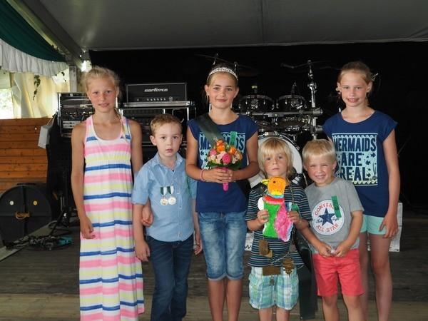 2015-Kinderkoenig-Milan-Poepping-und-Frieda-Hemker-mit-Ehrengefolge-Ida-Haverkock-Hanna-Roelver-Gustav-Hemker-Hannes-Heuer